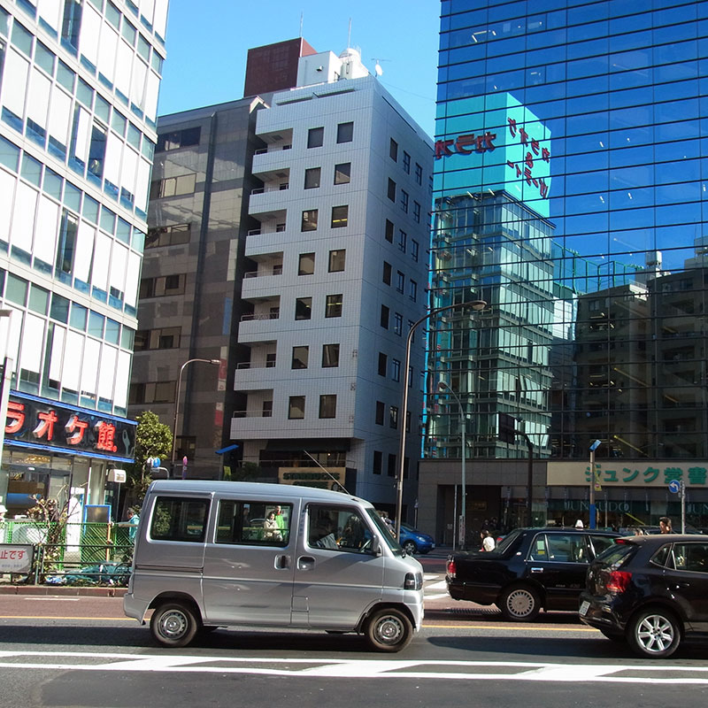 マツキヨ前にさっきのカラオケ館があり、信号渡ったところにジュンク堂が見えます