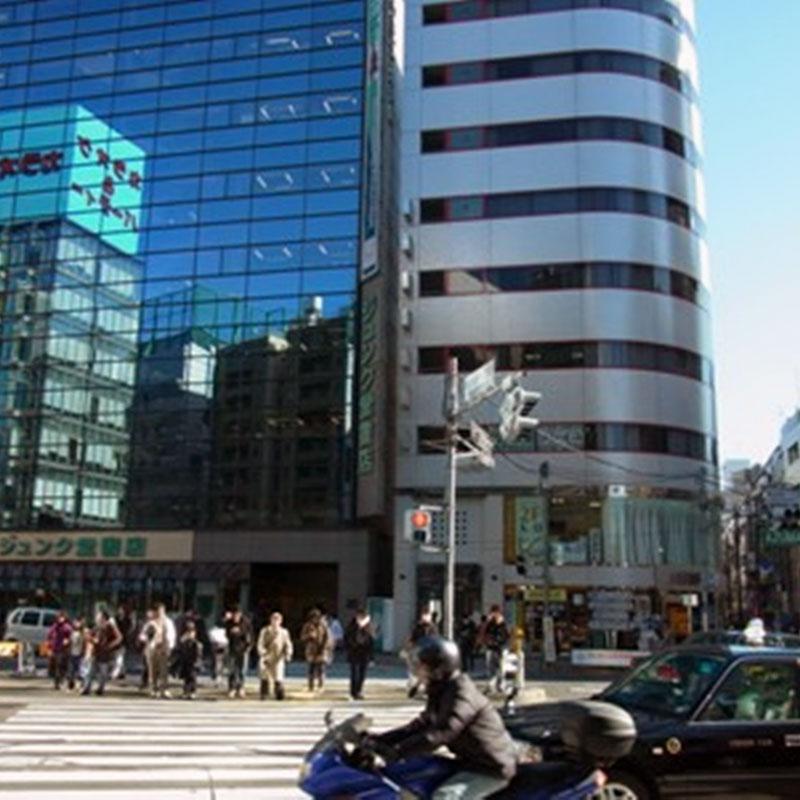横断歩道渡り、ジュンク堂の隣のビルの1階にメガネドラッグがあります